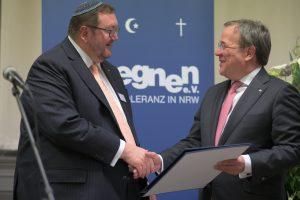 Auszeichnung von Ministerpräsident Armin Laschet (re) durch Abraham Lehrer (li).