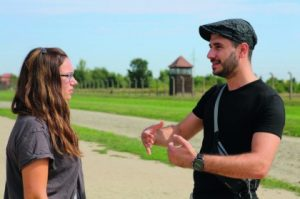 Amanda erzählt Amru von der Geschichte ihrer Familie, Amru der Jüdin aus Hamburg von seiner Flucht nach Deutschland. Foto: Matthias Hauke